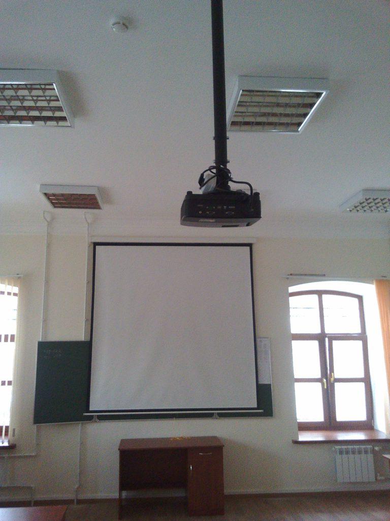 Экран и проектор