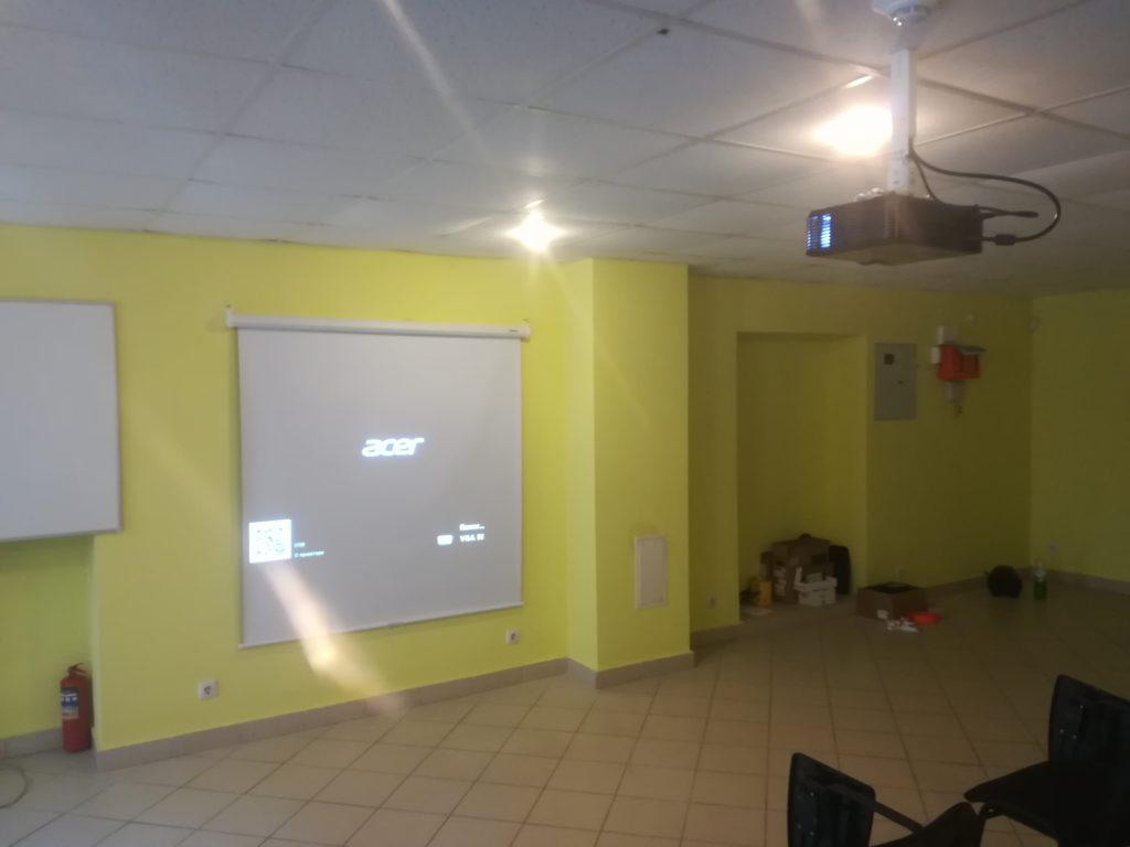 Проектор в учебный класс