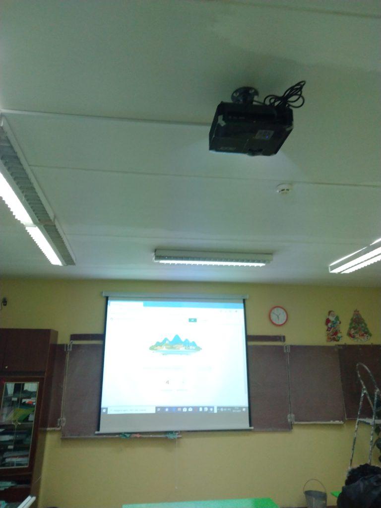 Повесить экран и проектор