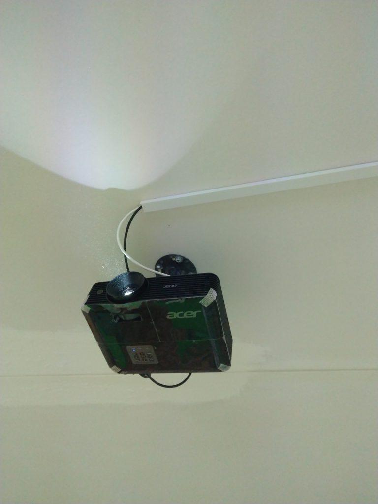 Повесить проектор к потолку